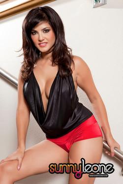 Sunny Leone Busty Pornstar Drops Her Booty Shorts