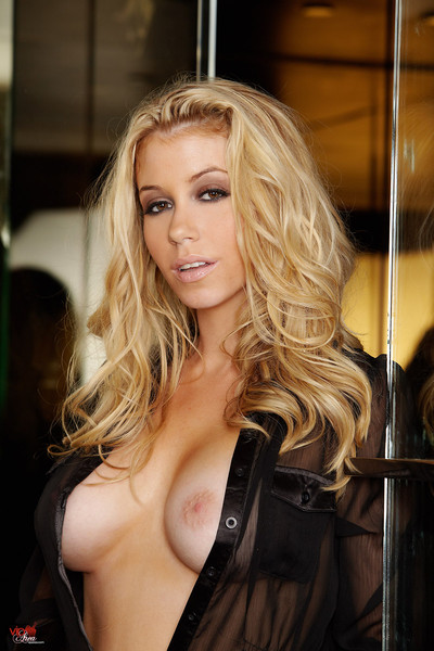 Alisha King Hot Blonde Uses Shower for Fingerbang