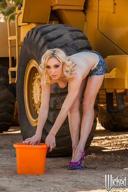 wicked-lilylabeau-carwash-09