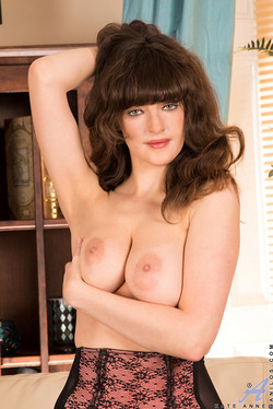 Kate Anne Shows Soft Natural Curves in Lingerie and Stockings