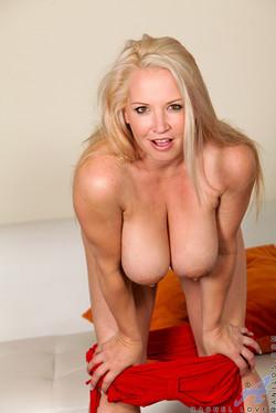 Rachel Love Curvy MILF Flaunts Big Natural Breasts
