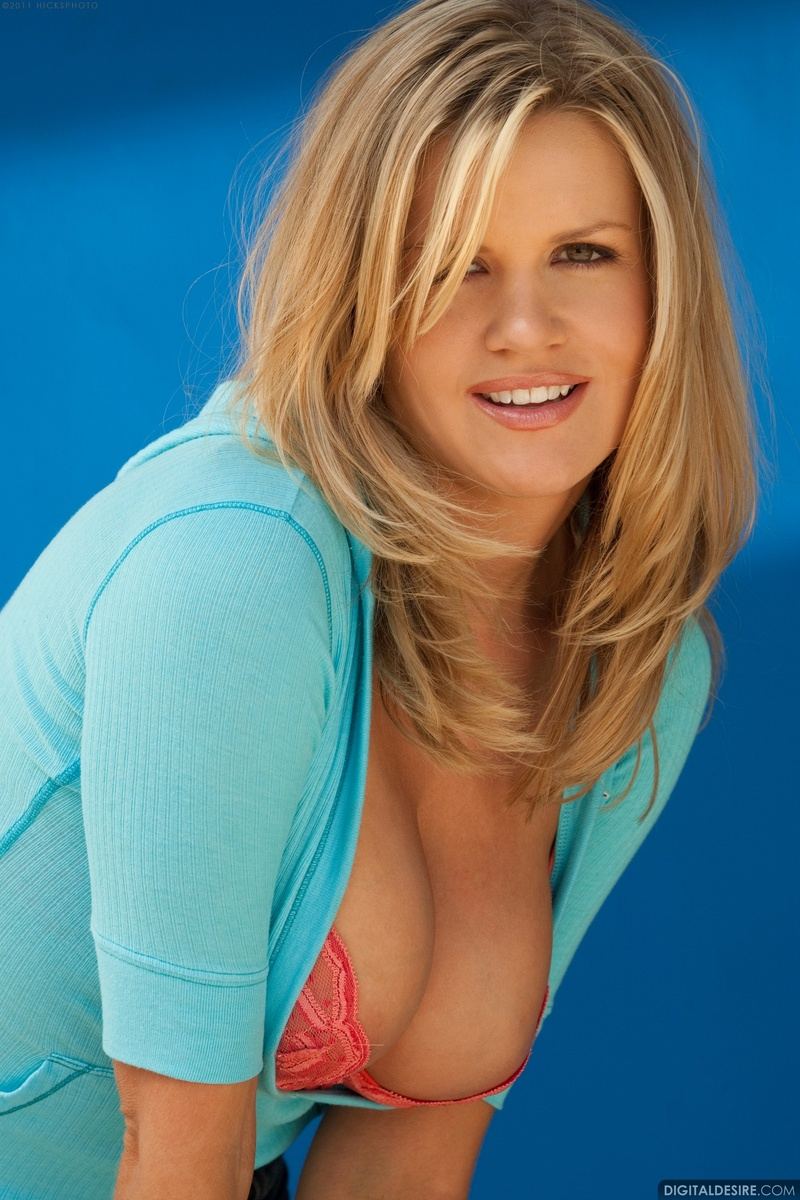 Lisa Neils Busty Blonde Model Reveals Her Perfect Boobs