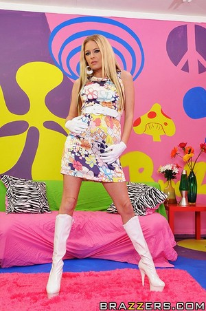 Blonde Babe Riley Evans Is An Easy Hippie Lay