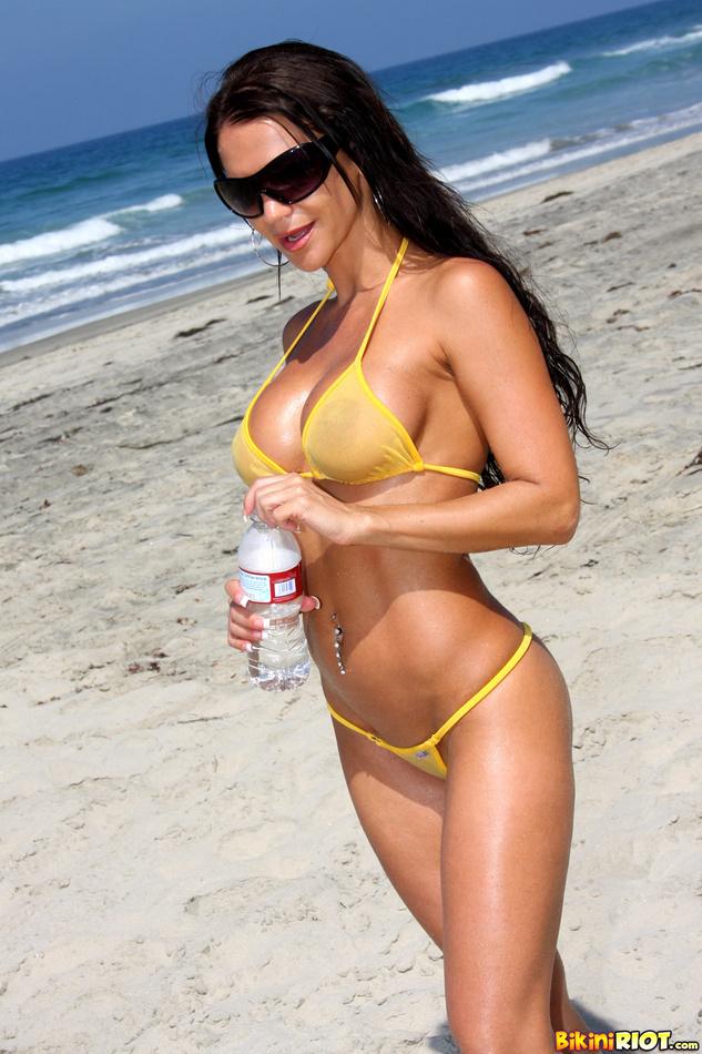 Rebecca Rayann Sizzles in a Bikini