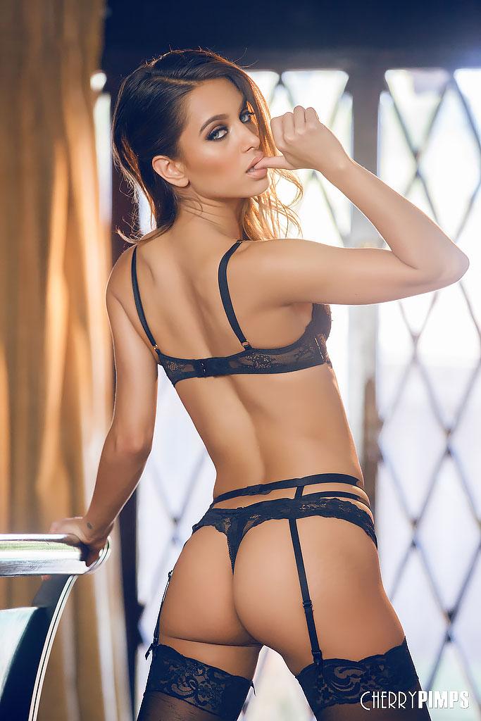 Uma Jolie Stuns in Strappy Black Lingerie