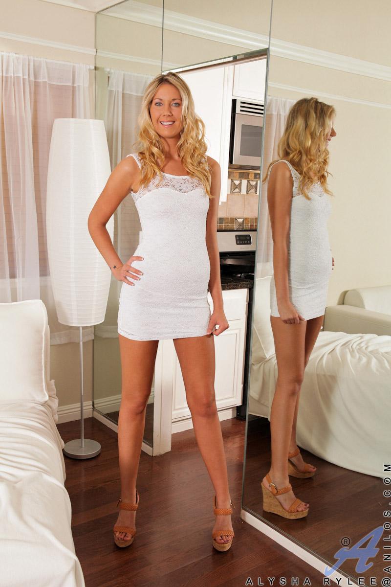 Alysha Rylee Slim Mature Blonde Babe Spreads Pussy