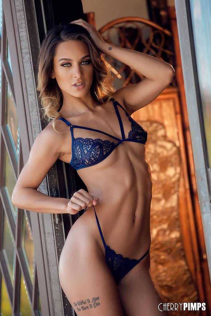 Uma Jolie Rocks Lean Body in Blue Lingerie